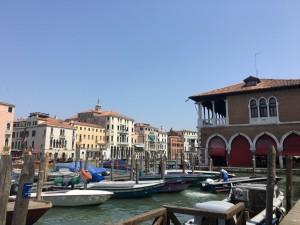 Typisches Venedig-Ambiente: vertäute Boote Rialto-Markt am Canal Grande