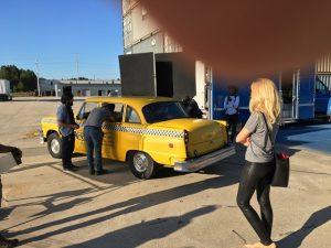 """Alexandra Klim und ein Yellow Cab am Set von """"Finding Steve McQueen"""""""