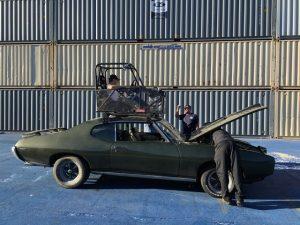 Noch ein angstfreier Kameramann auf dem Dach eines Muscle-Cars