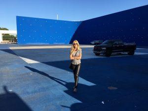 """Alexandra Klim vo einem Riesen-Bluescreen am Set von """"Finding Steve McQueen"""""""