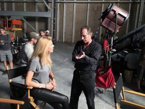 Alexandra Klim und William Fichtern diskutieren am Set