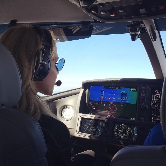 Die Pilotin Alexandra Klim im Cockpit der Cirrus Vision SF50