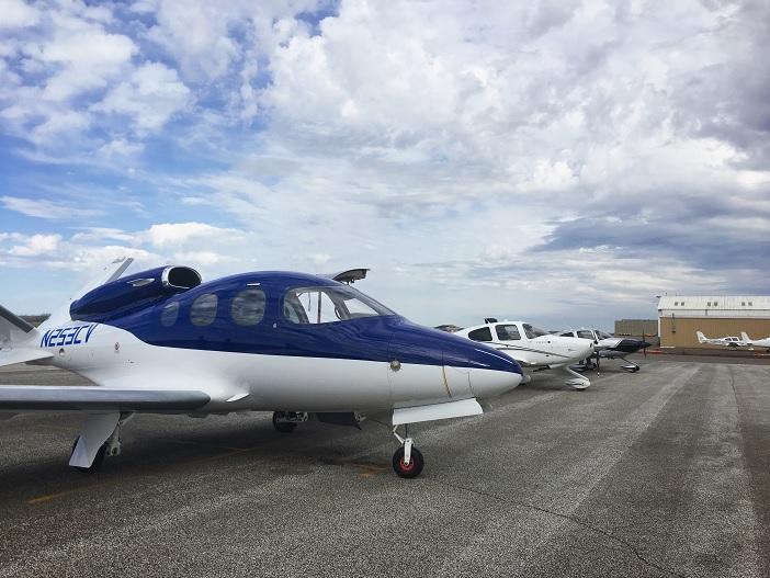 Cirrus SF50 Vision auf dem Rollfeld des Flugplatzes in Duluth/Minnesota