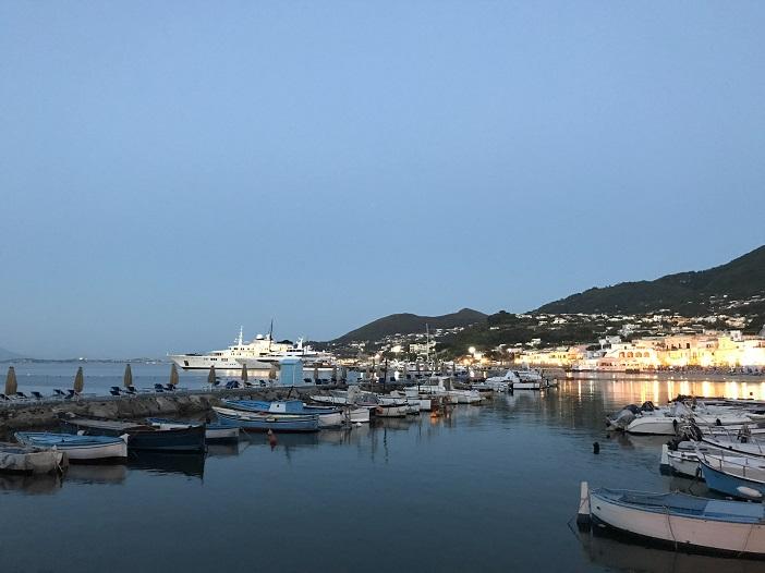 Abendlicher Hafen von Ischia, fotografiert von ALexandra Klim