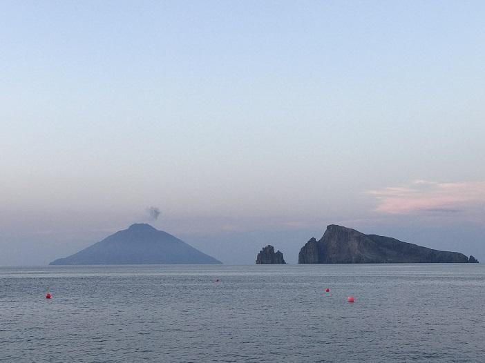 Stromboli vom Meer aus gesehen