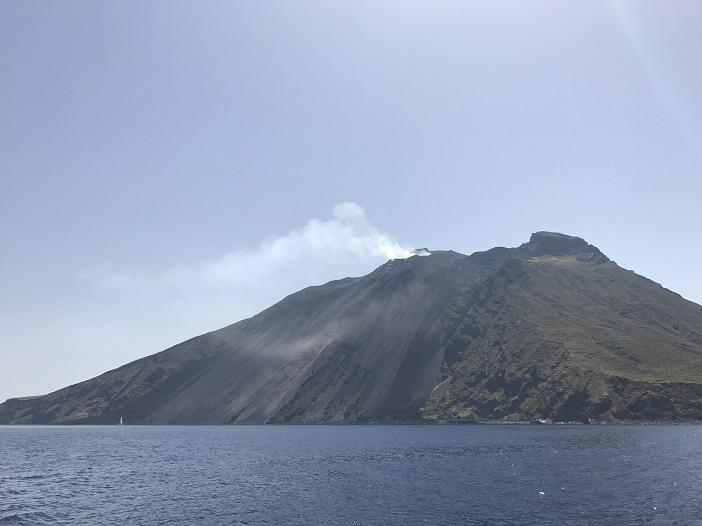 Der stets aktive Vulkan Stromboli auf der Insel gleichen Namens