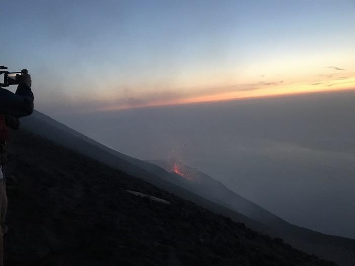 Sonnenaufgang und Morgendämmerung auf dem Stromboli