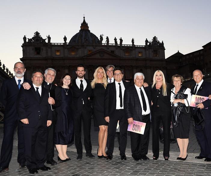 Die versammelte Mannschaft von Ambi, Paradox und Raven vor dem Vatikan